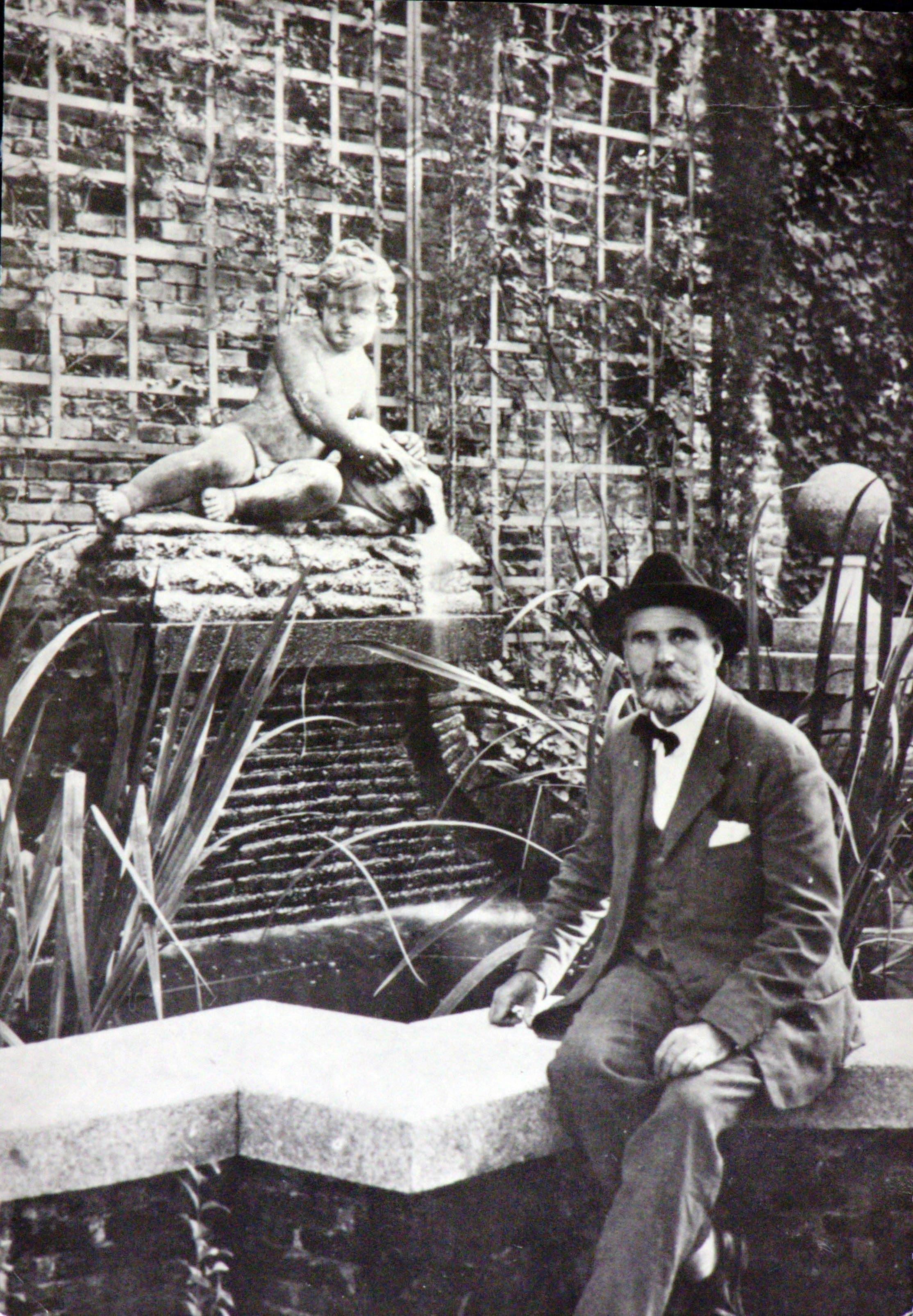 Fotografía de Javier de Winthuysen en los jardines de la Moncloa. Archivo.